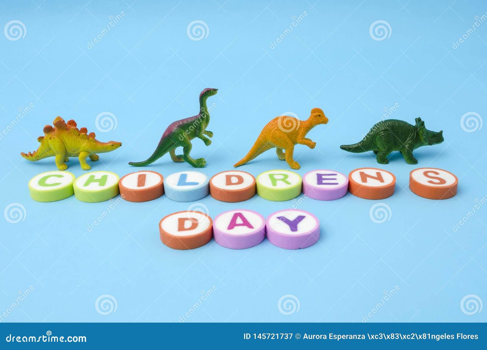 Barns dag gjorde fr?n f?rgrika bokst?ver och plast- dinosaurieleksaker