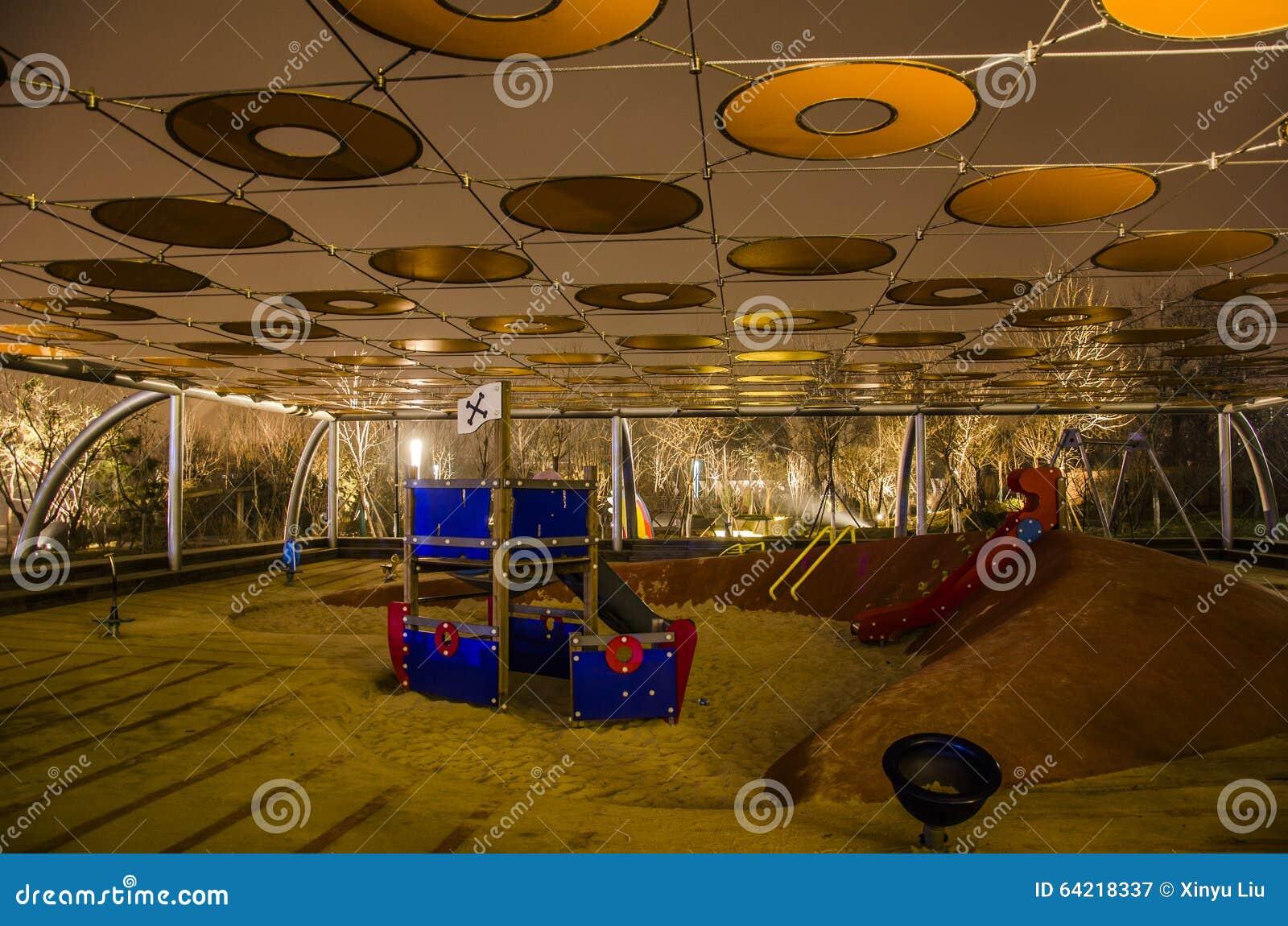 Barns lekplats på natten