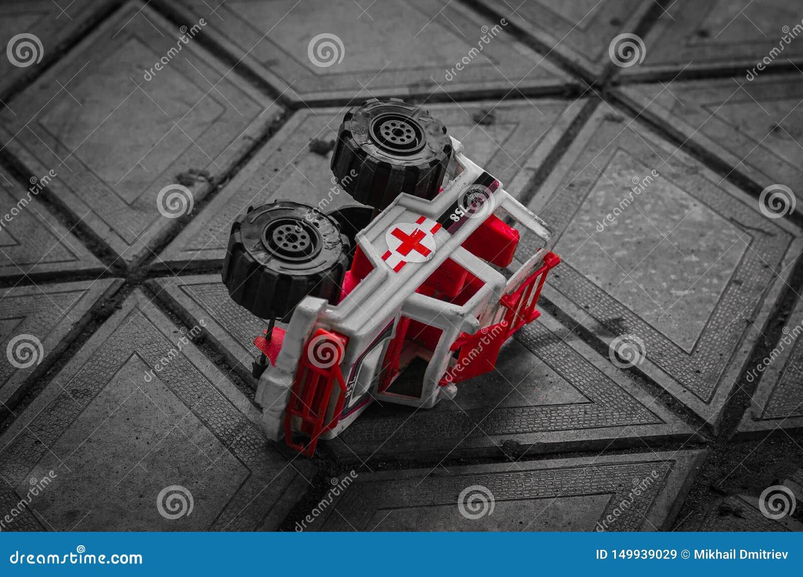 Barns leksak ligger på den förberedande tjock skiva som passar harmoniously in i dess linje En intressant kombination av färger o