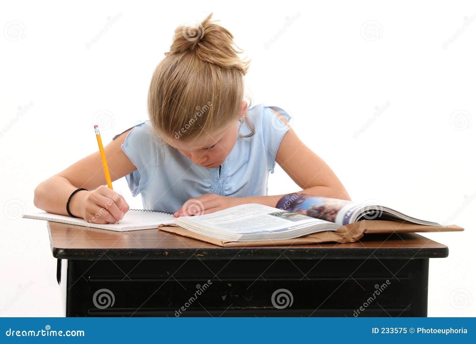 Barnskrivbord som gör skolaarbete