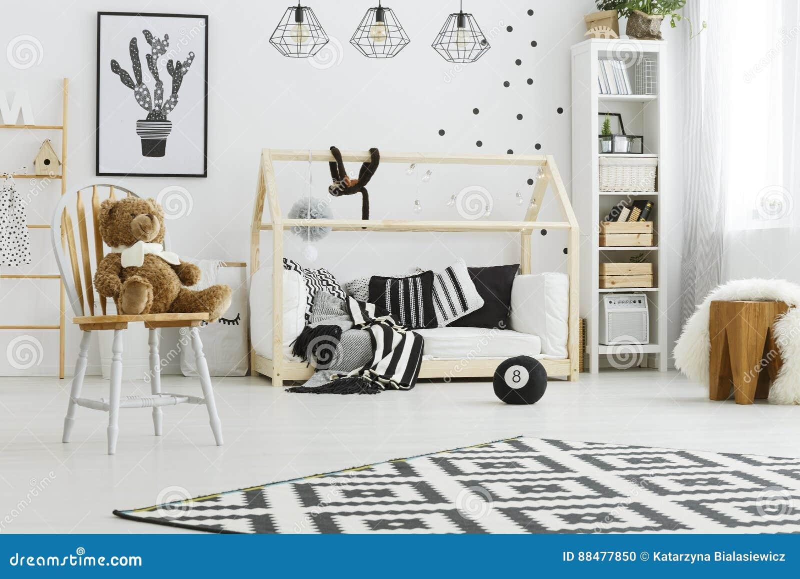Barnsovrum med hussäng arkivfoto. Bild av samtida, design - 88477850