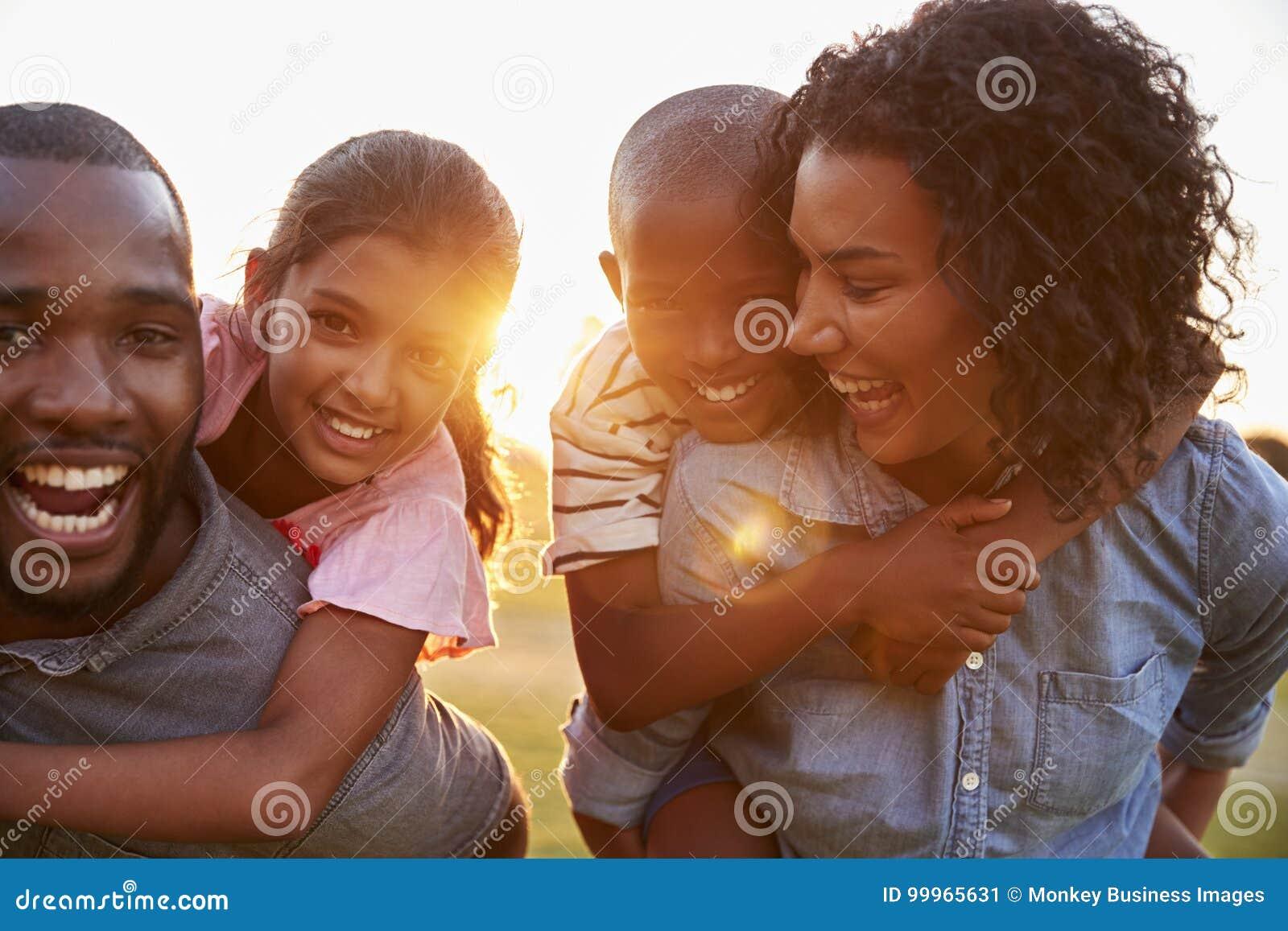 Barnsvartpar som tycker om familjtid med barn