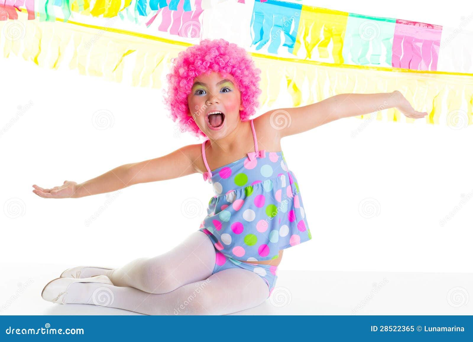 Barnungeflicka med uttryck för rosa wig för particlown roligt