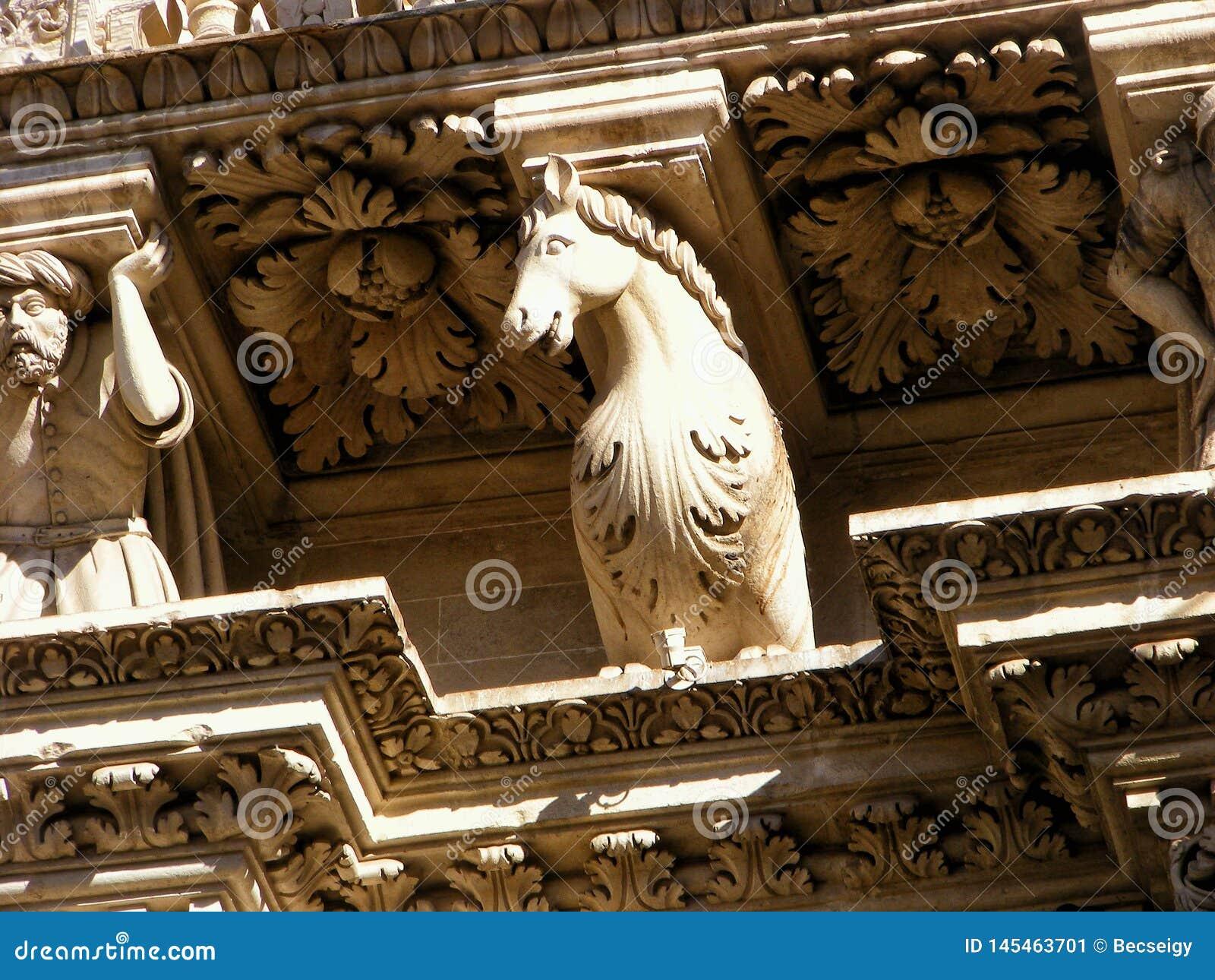 Barock häststatygarnering av religiös byggnad, kyrka Skulptur är gammal och åldras i Lecce, Italien Puglia