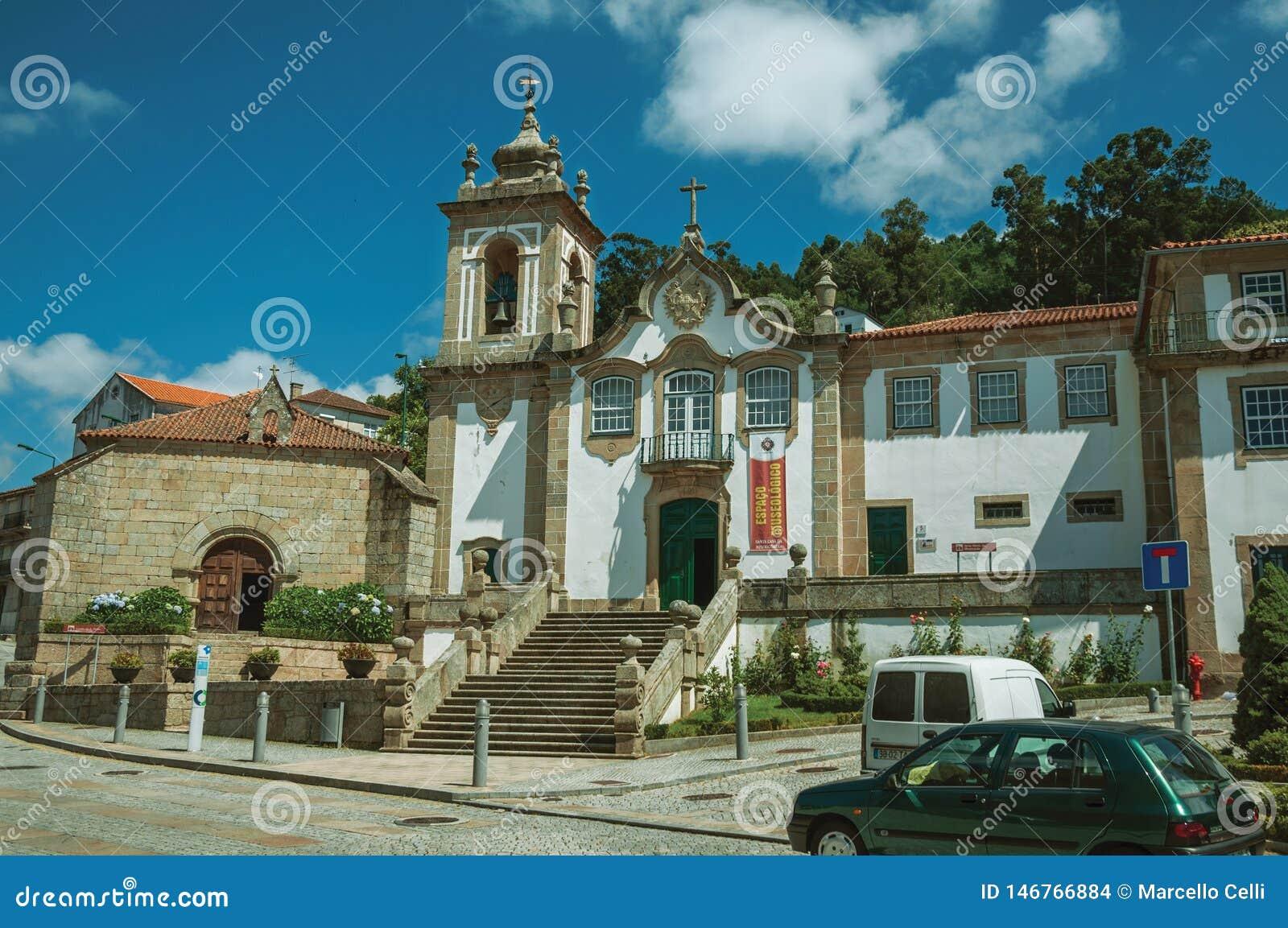 Barock kyrka som är främst av fyrkant