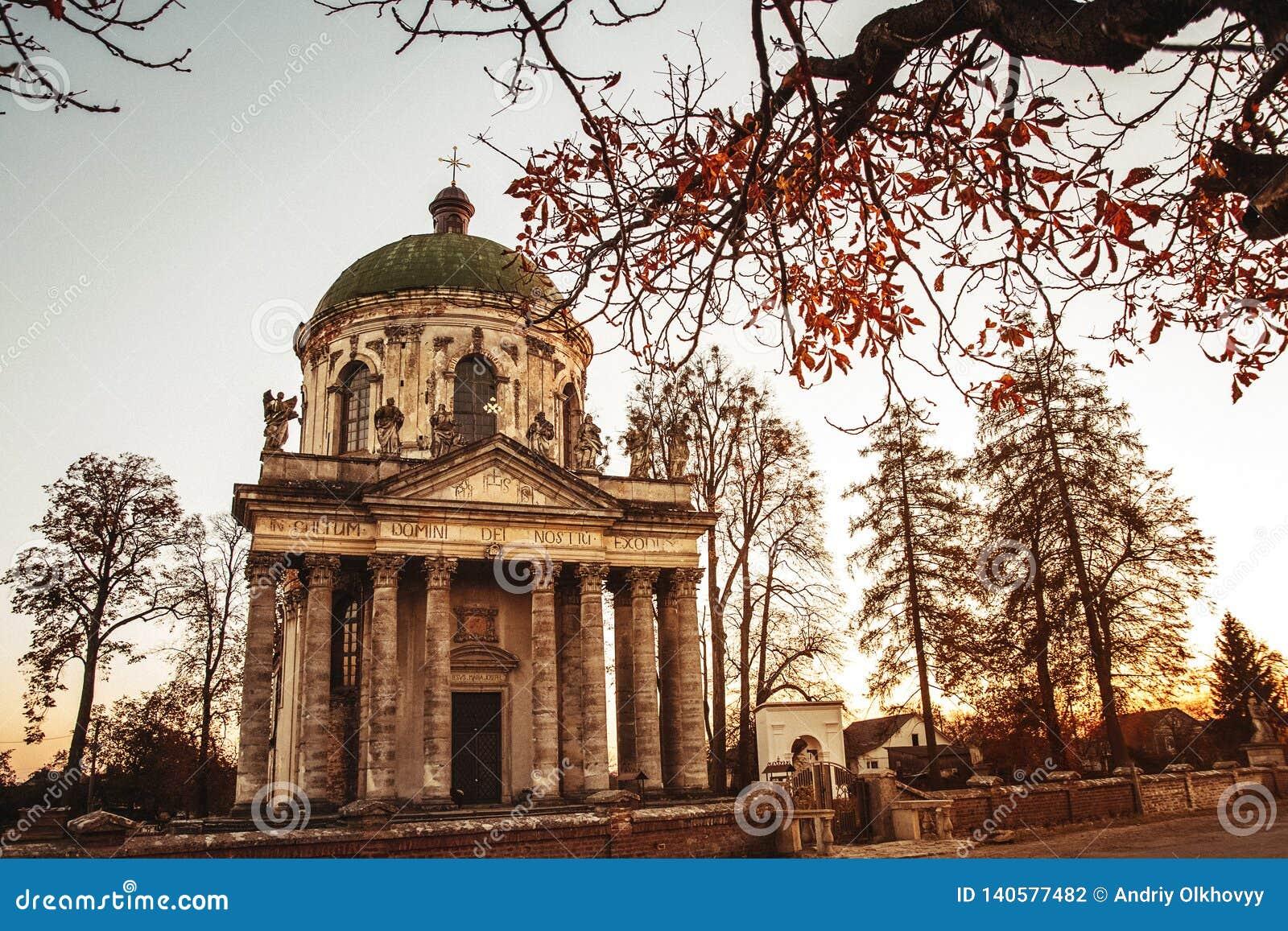 Barock romare - katolsk kyrka av St Joseph i Pidhirtsi Den Pidhirtsi byn lokaliseras i det Lviv landskapet, västra Ukraina