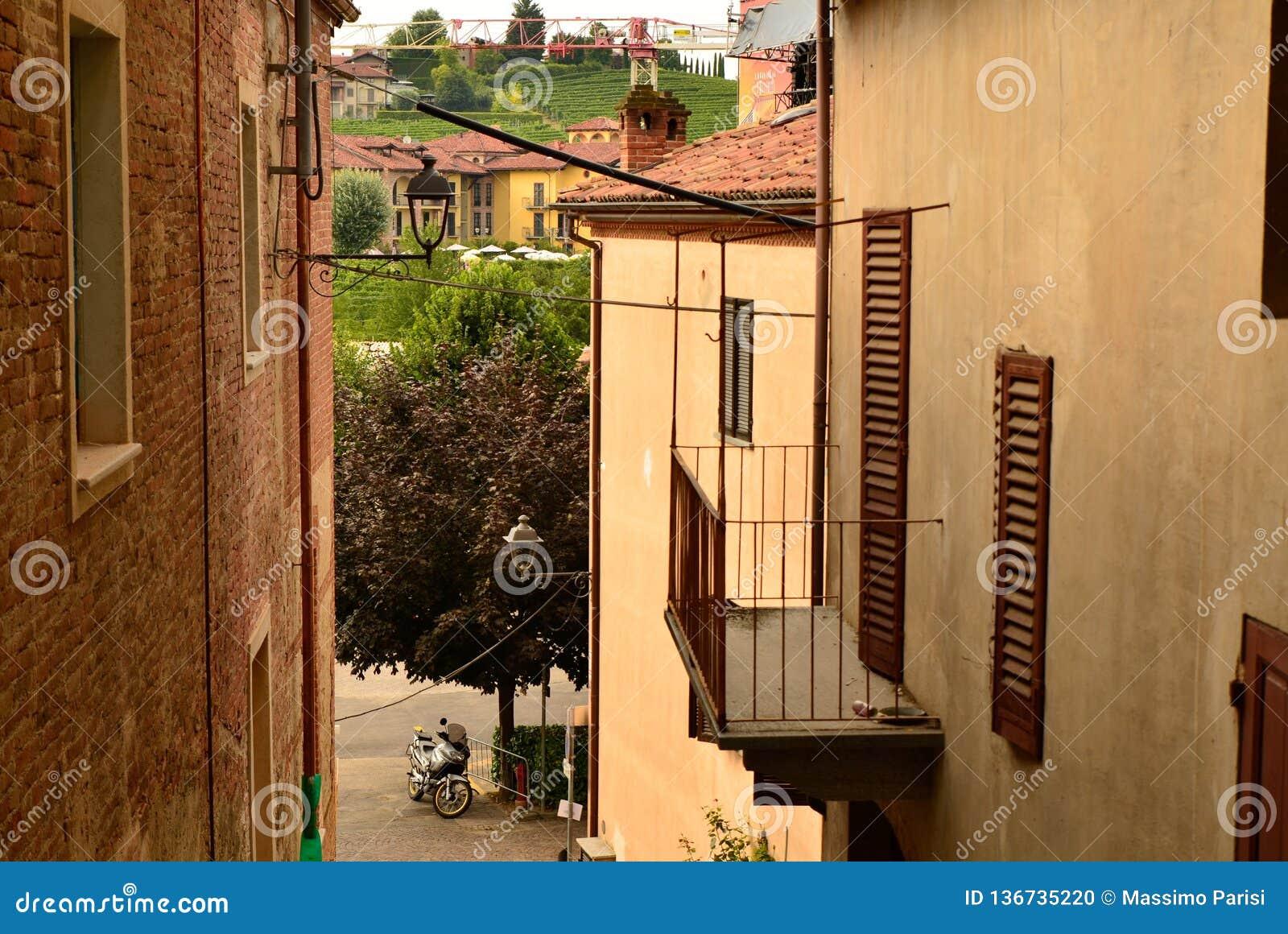 Barolo landskap av Cuneo, Piedmont, Italien Juli 2018 Gränderna av den gamla staden