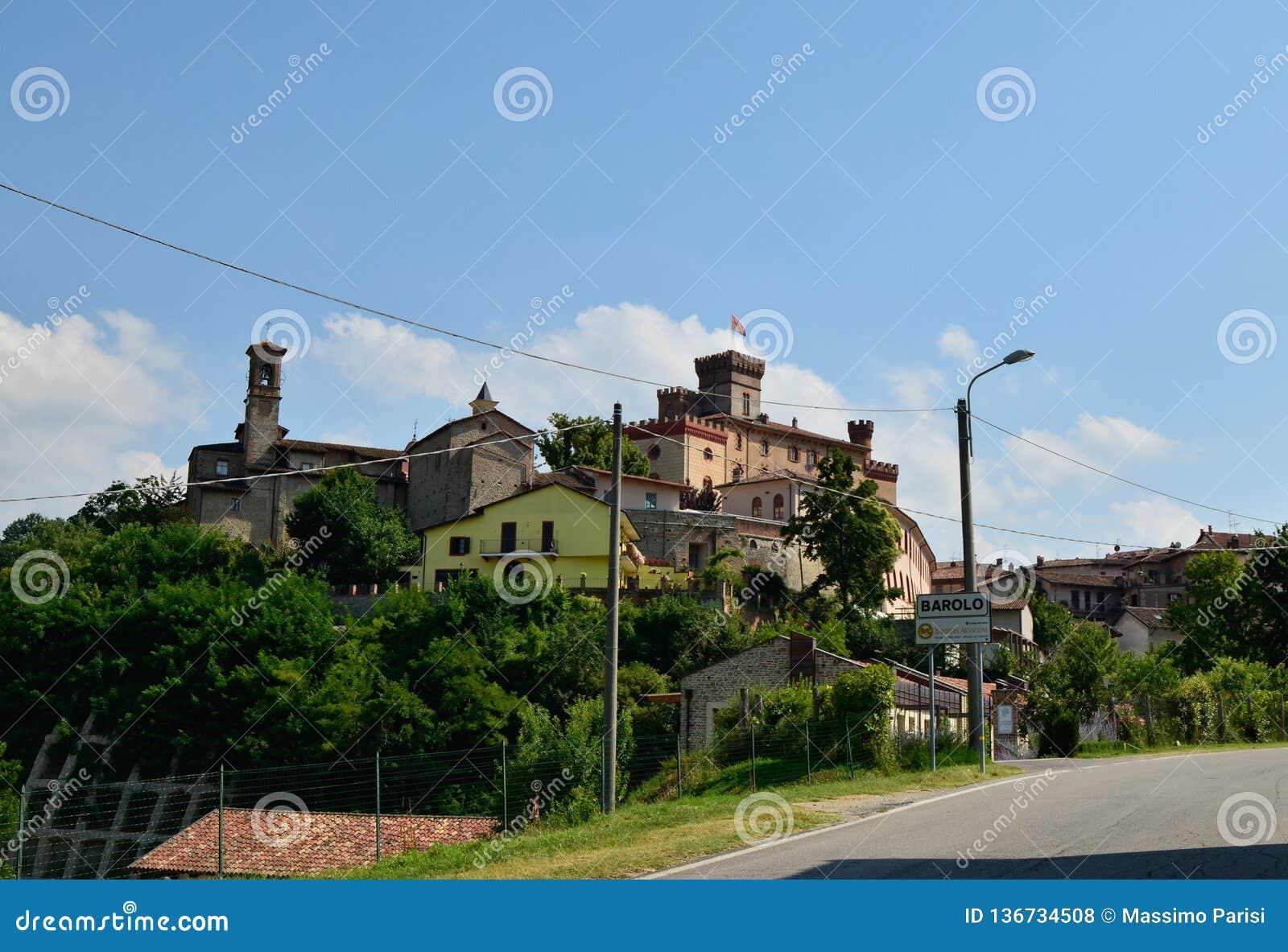 Barolo, prowincja Cuneo, Podgórska, Włochy Lipiec 2018 Widok na dziejowym centrum Barolo