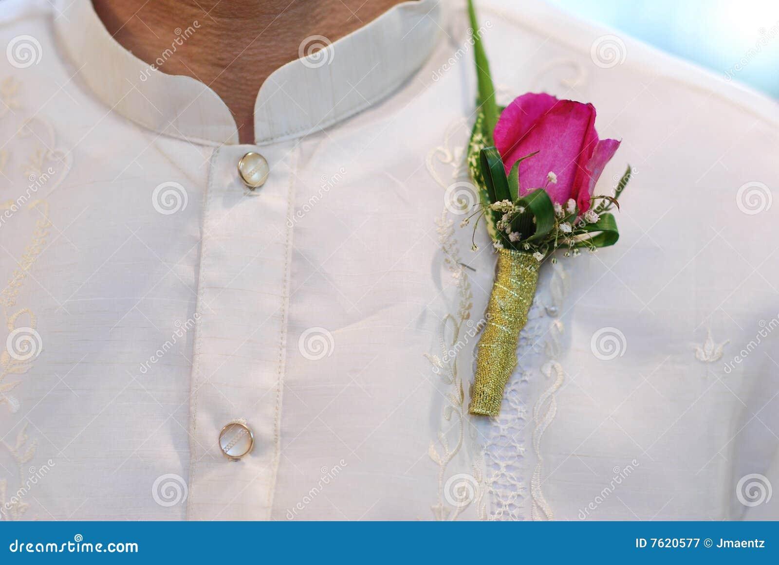 Barong Tagalog mit rosafarbenem Corsage an der Hochzeit