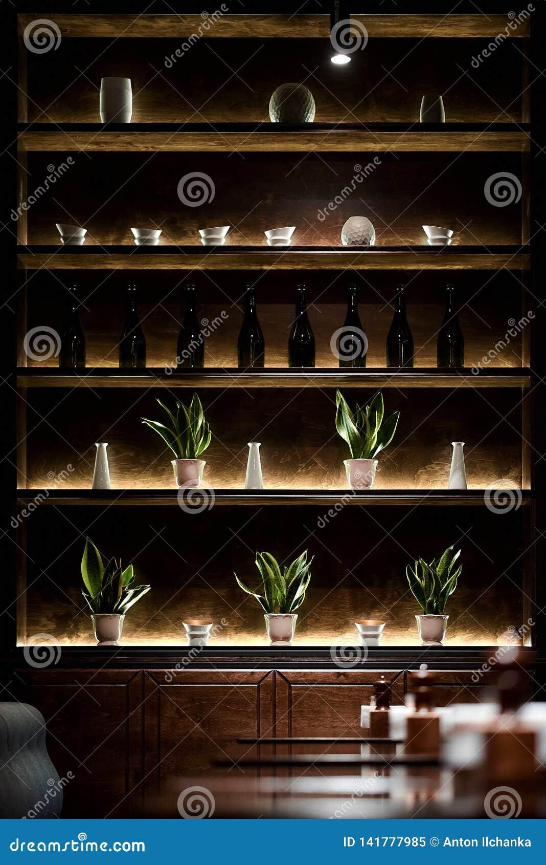Barplank met flessenbliksem door geleide lampen
