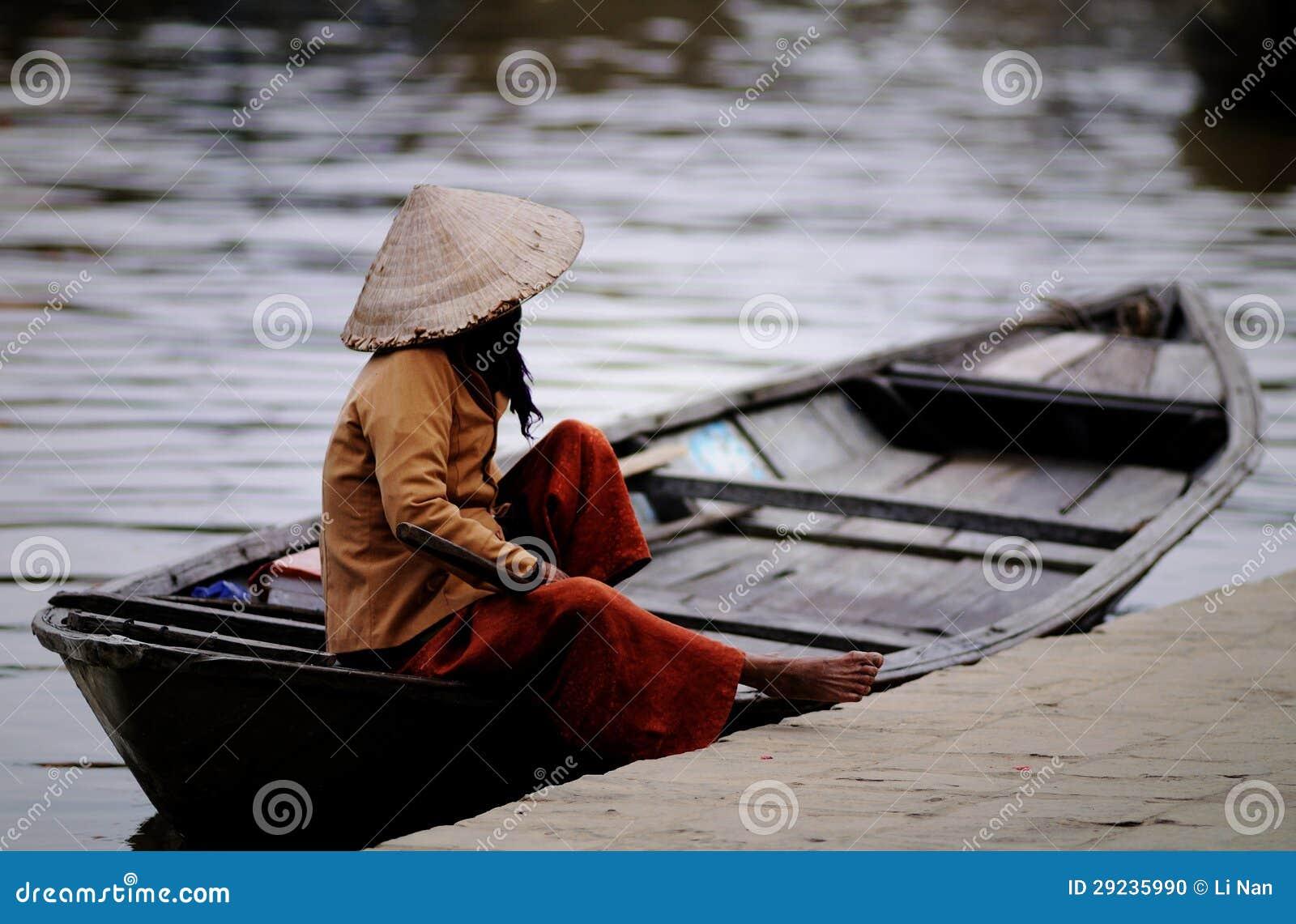 Download Barqueiro Com Os Chapéus Cónicos Em Vietnam Foto de Stock - Imagem de motor, povos: 29235990