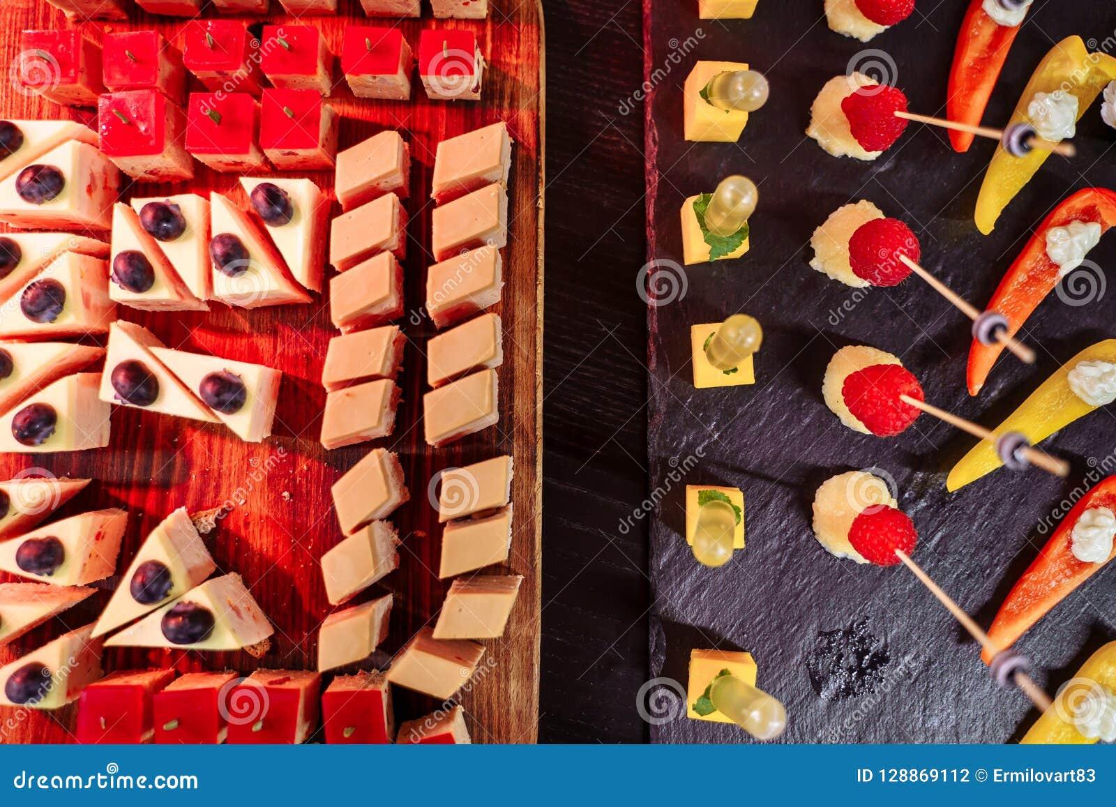 Barra de chocolate decorada deliciosa, doces em uma tabela de bufete em um evento luxuoso ou celebração Alimento da restauração