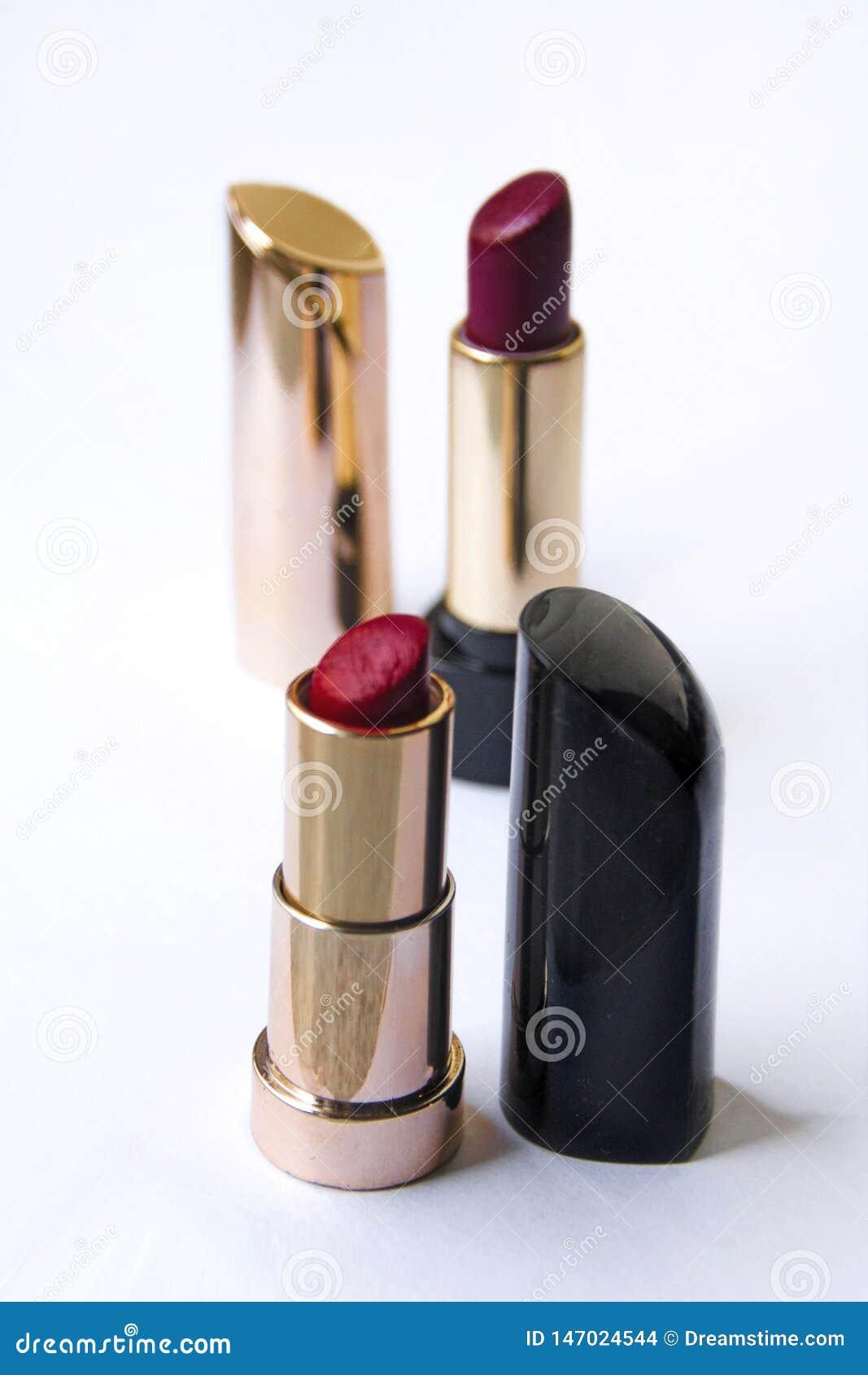 Barra de labios brillante hermosa en una caja del oro