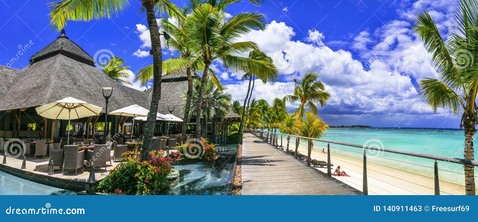 Barra de relajación en sombra de la palma y piscina bnear la playa Isla tropical de Mauricio del paraíso