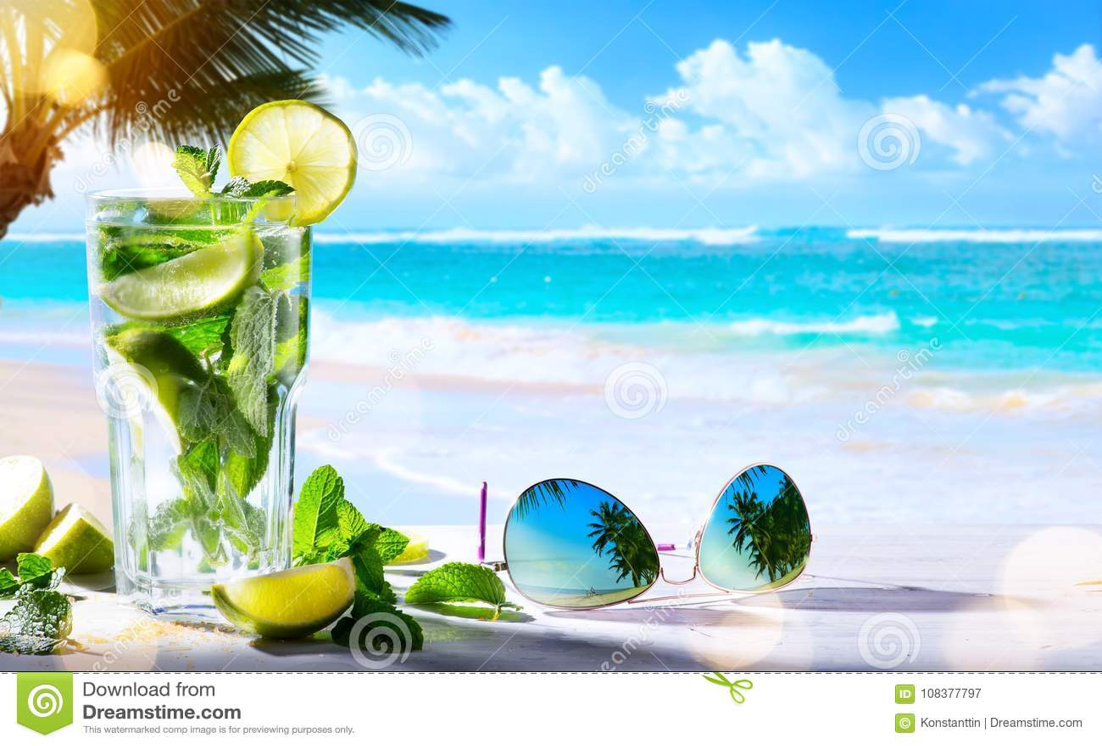 Barra de vinho tropical da praia do verão da arte; bebida do cocktail do mojito