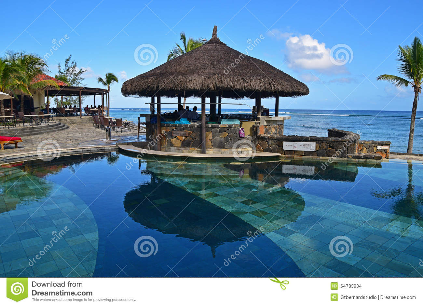 Barra del gazebo accanto ad uno stagno alla spiaggia tropicale di una località di soggiorno dell hotel