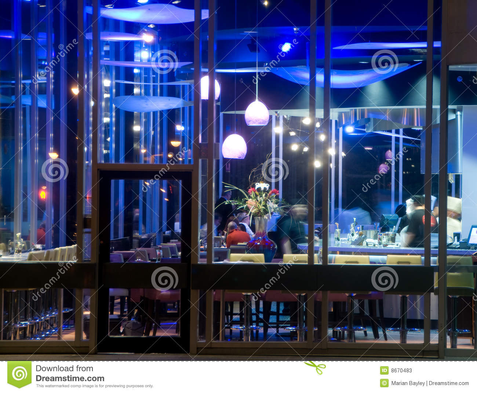 Barra del sushi en la noche