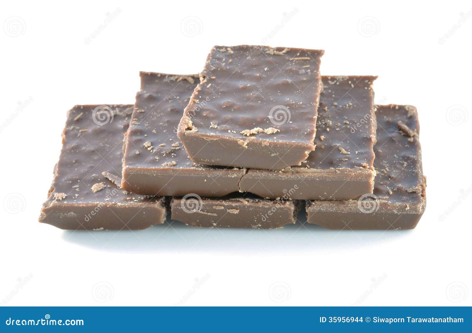 Barra quebrada del chocolate con leche aislada en el fondo blanco