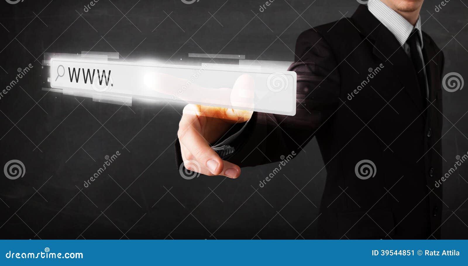 Barra tocante do endereço do web browser do homem de negócios novo com sinal de WWW