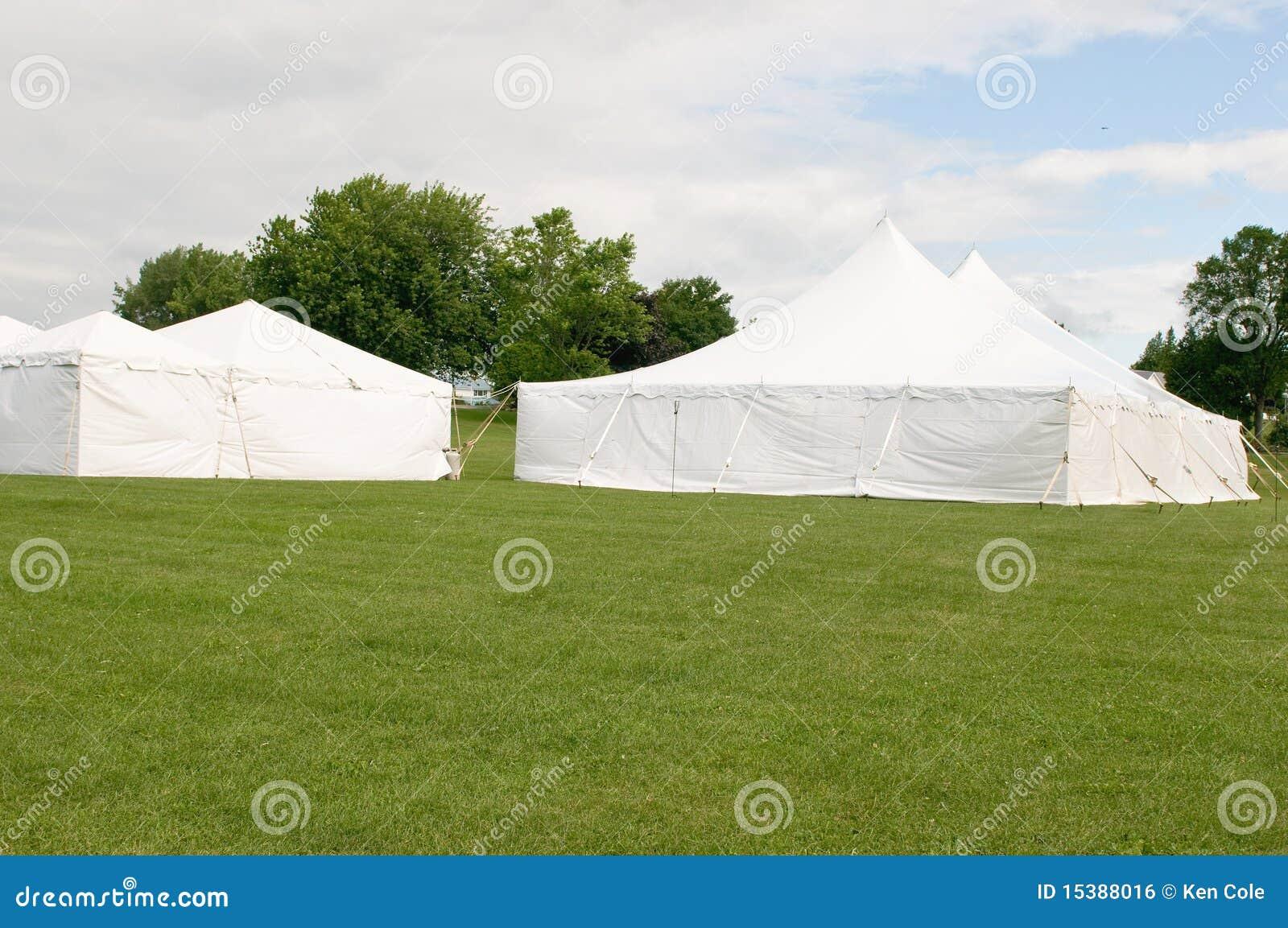 Barracas brancas do banquete de casamento