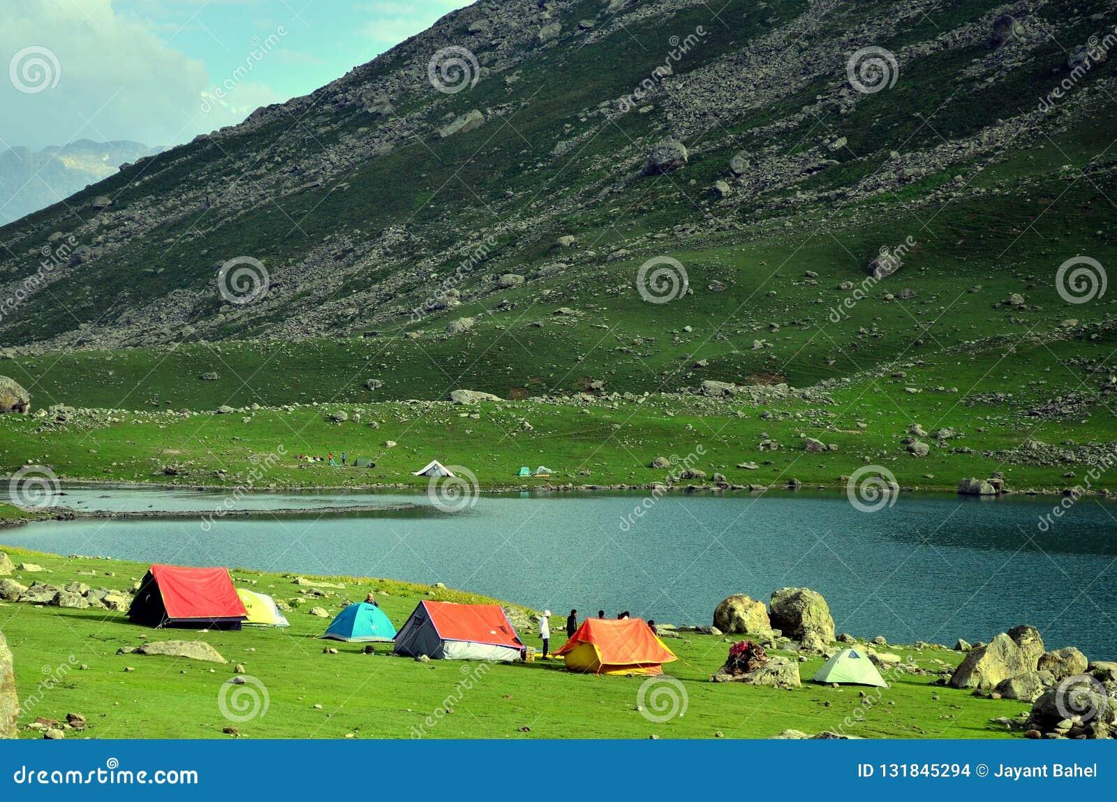 Barracas de acampamento no lago Nundkol em Sonamarg, Kashmir, Índia