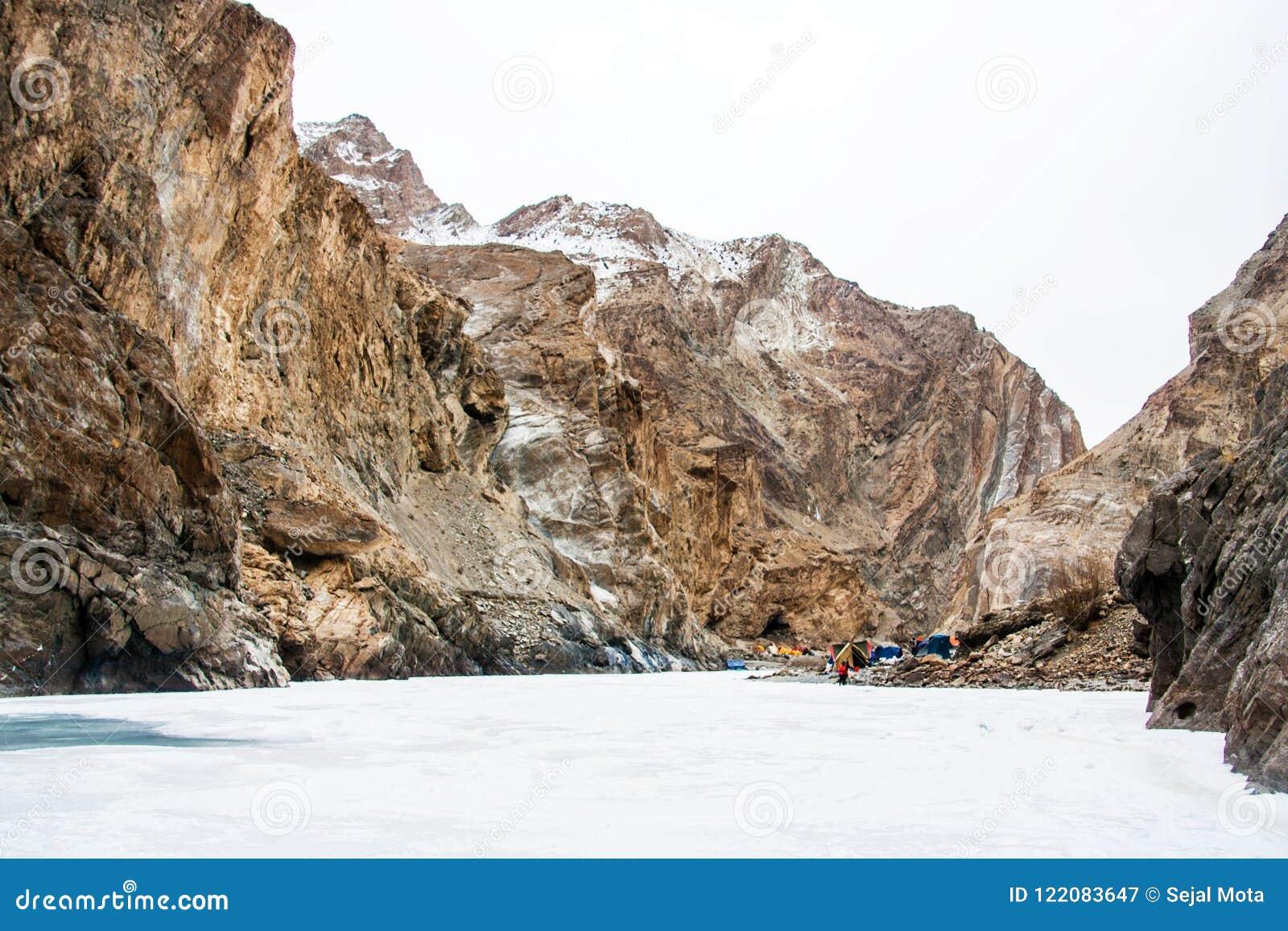 Barracas de acampamento setup no banco de rio Passeio na montanha de Chadar Leh Ladakh India