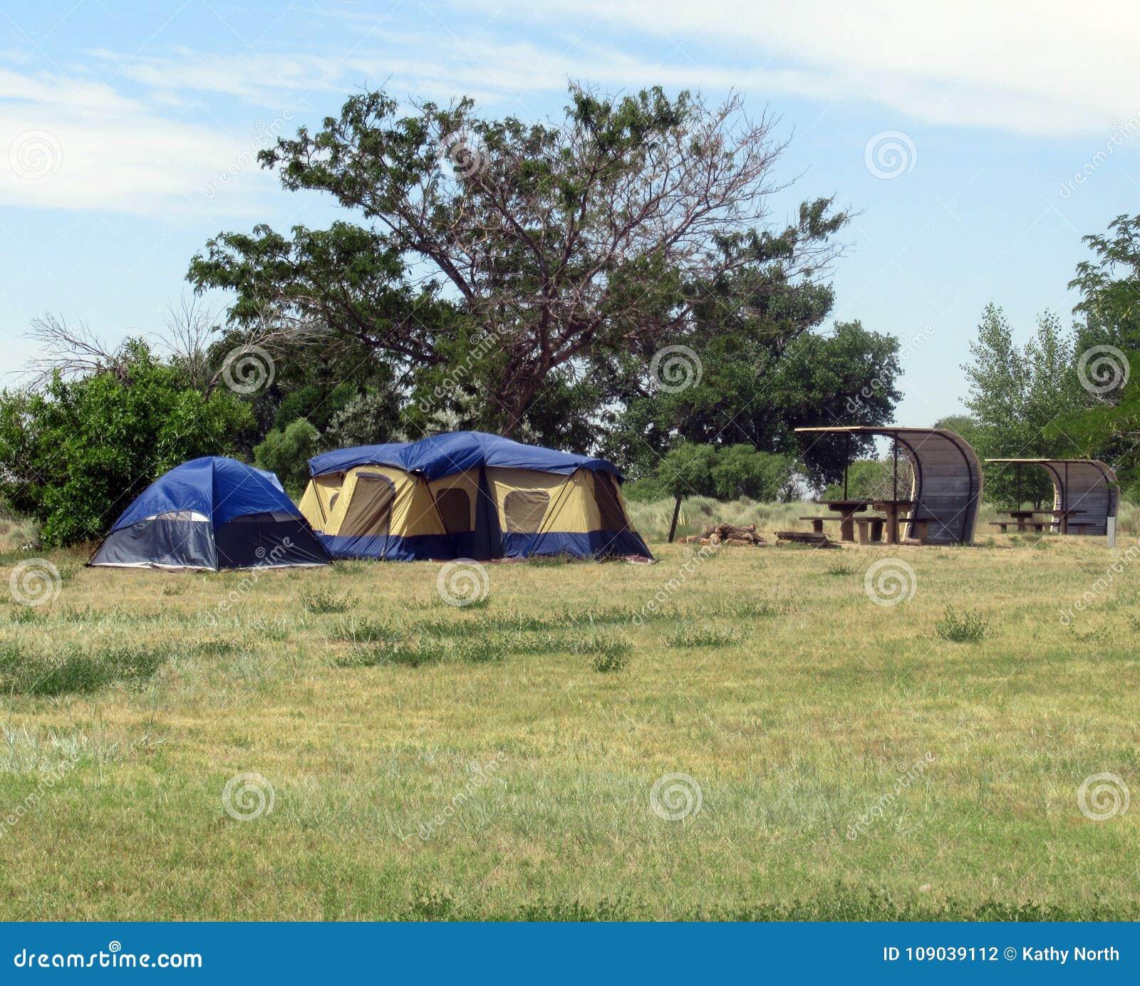 Barracas do acampamento e tabelas de piquenique