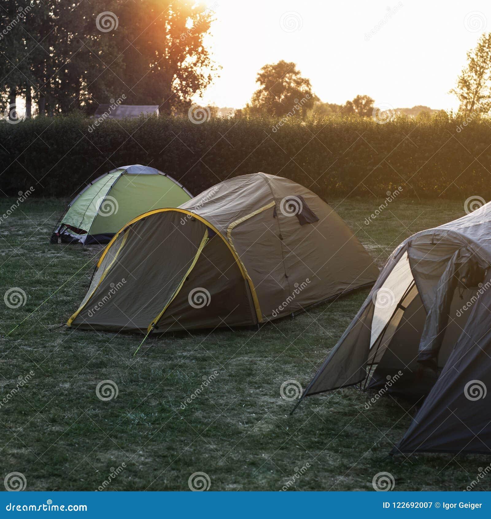 Barracas do turista que acampam em uma noite bonita do início do verão
