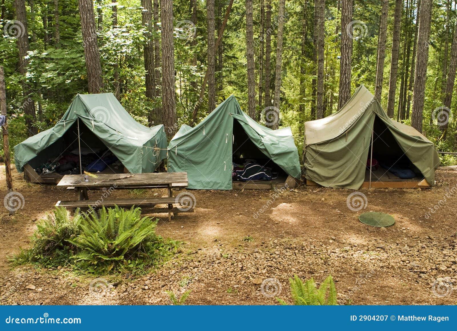 Barracas no acampamento do escuteiro do menino