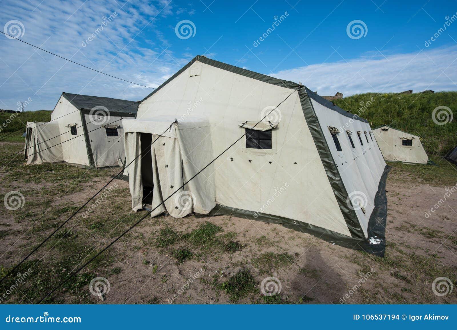 Barracas velhas brancas no acampamento