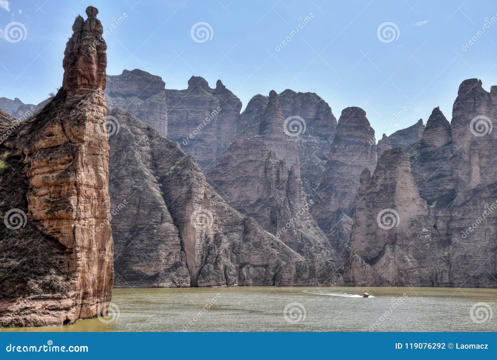 Barrage de Liujiaxia près de la caverne de Bingling avec de grandes formations de roche le long de la rivière Yellow,