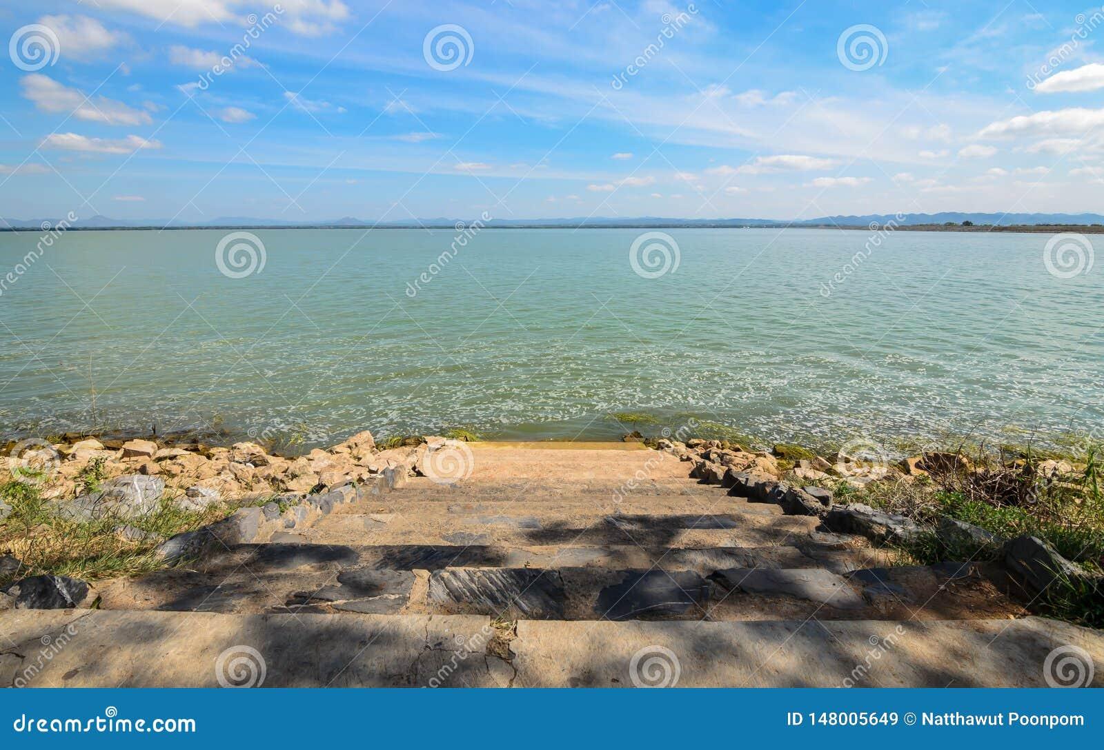 Barrage de PA Sak Jolasid, ciel de jour et clair