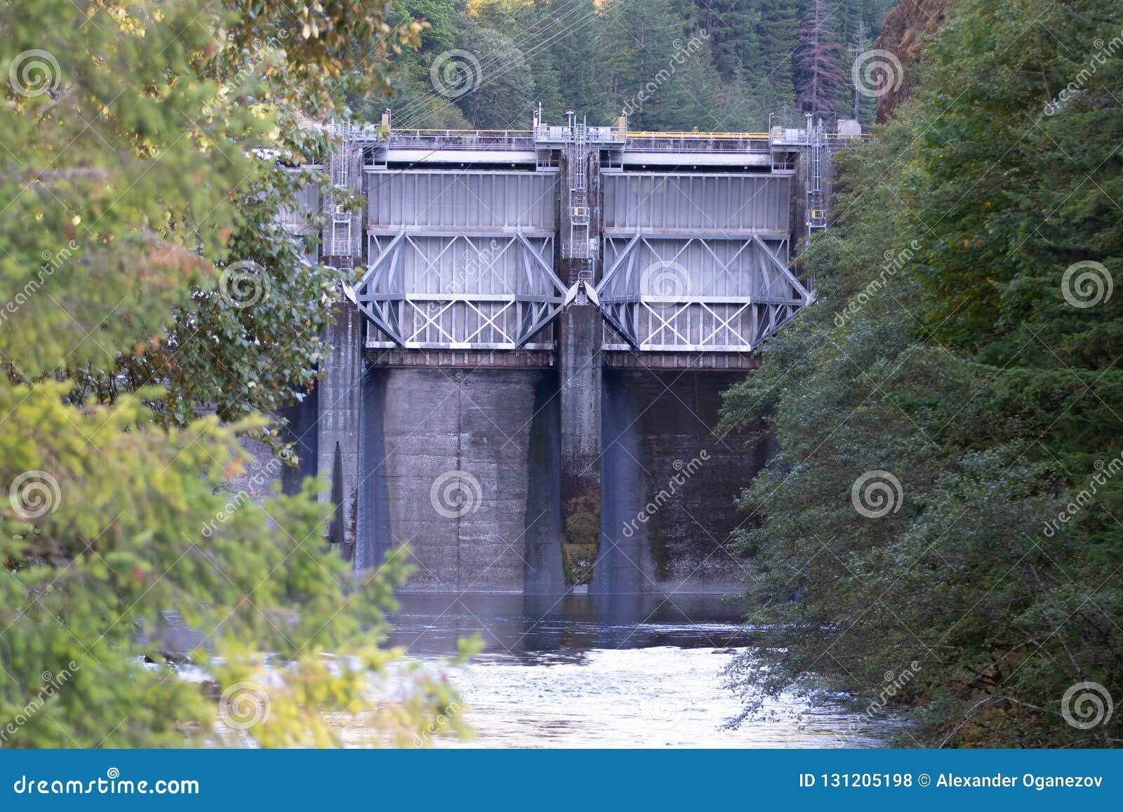Barrage en acier de levée sur la rivière de l Orégon