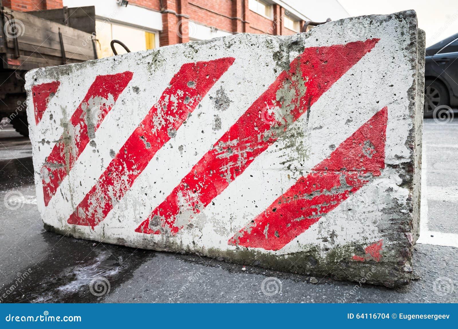 Barrage routier avec le mod le diagonal rouge et blanc photo stock image 64116704 - Le rouge et le blanc ...