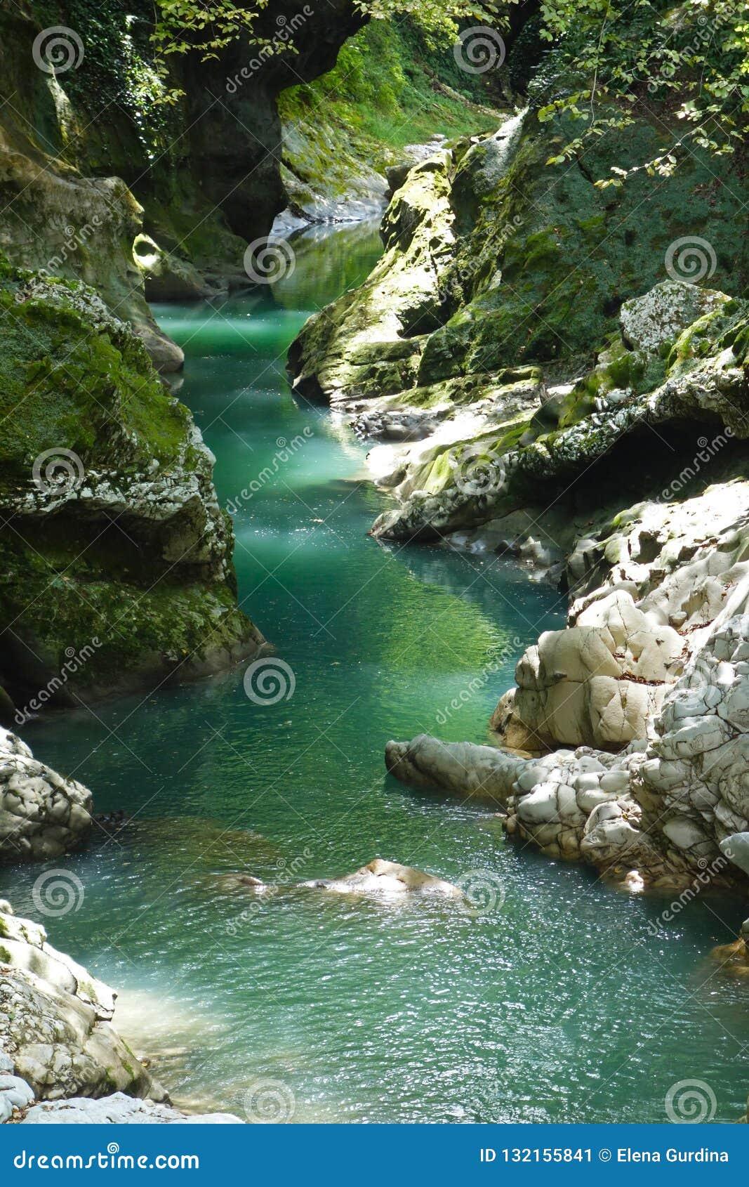 Barranco de Martvili en Georgia Barranco hermoso con el río de la montaña