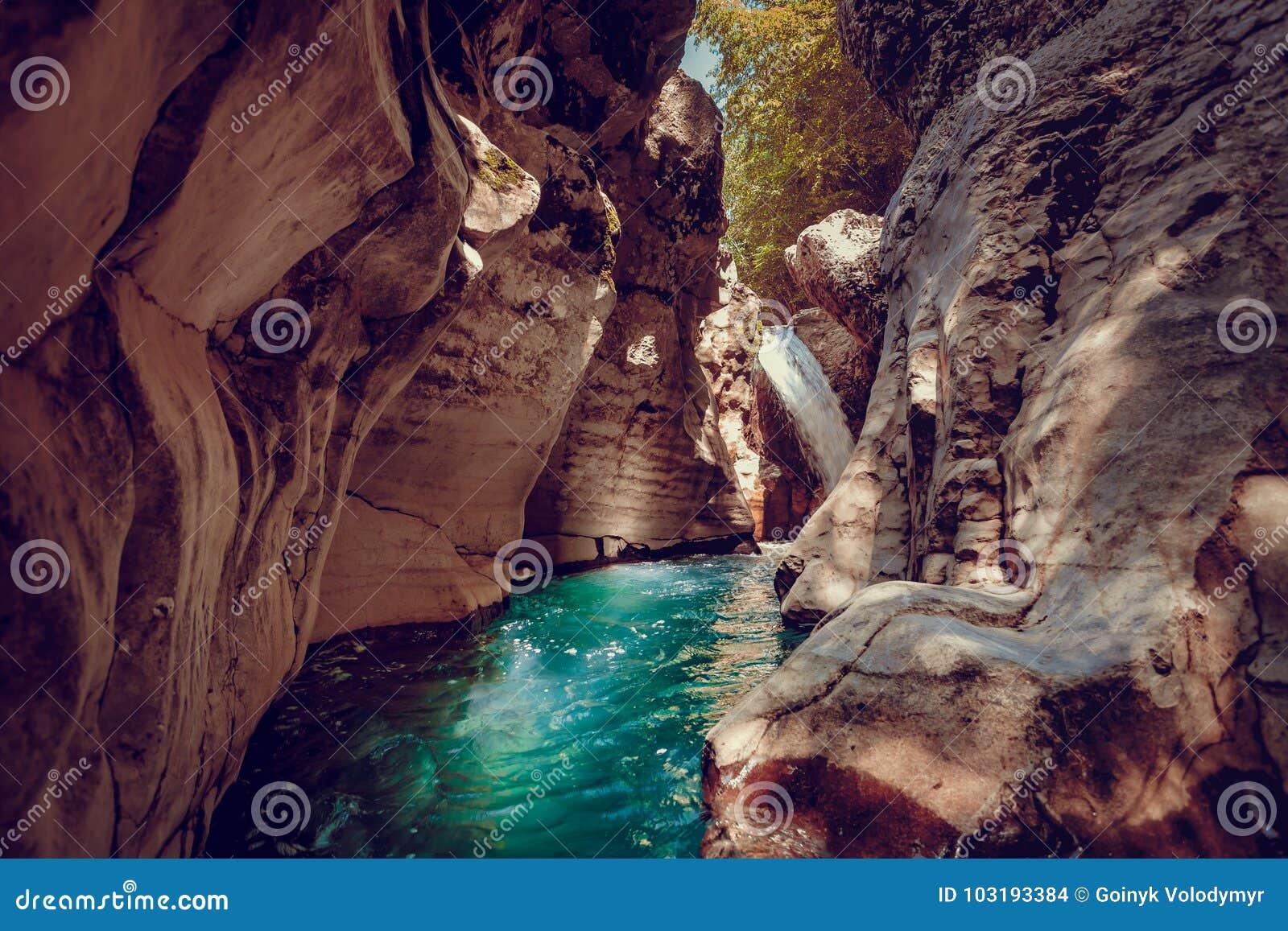 Barranco de Martvili en Georgia Paisaje de la naturaleza