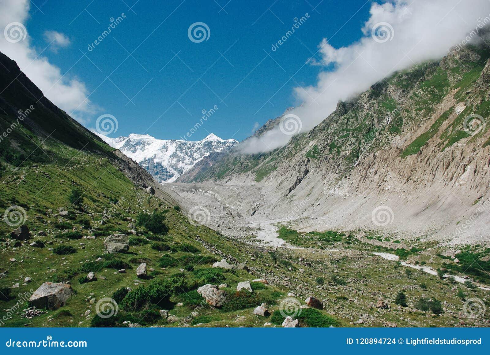 Barranco hermoso en la región verde de las montañas, Federación Rusa, el Cáucaso,
