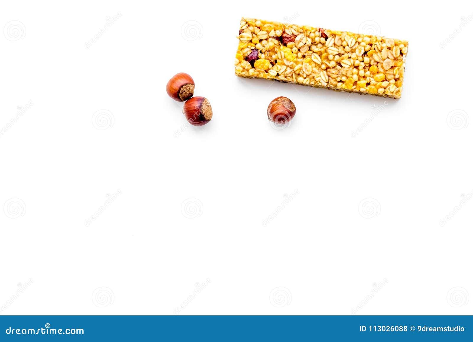 Barras de Granola para el espacio blanco de la copia de la opinión superior del fondo del desayuno nutritivo sano