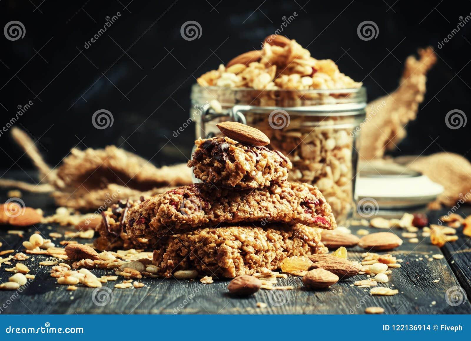 Barras do muesli do cereal, fundo escuro, foco seletivo