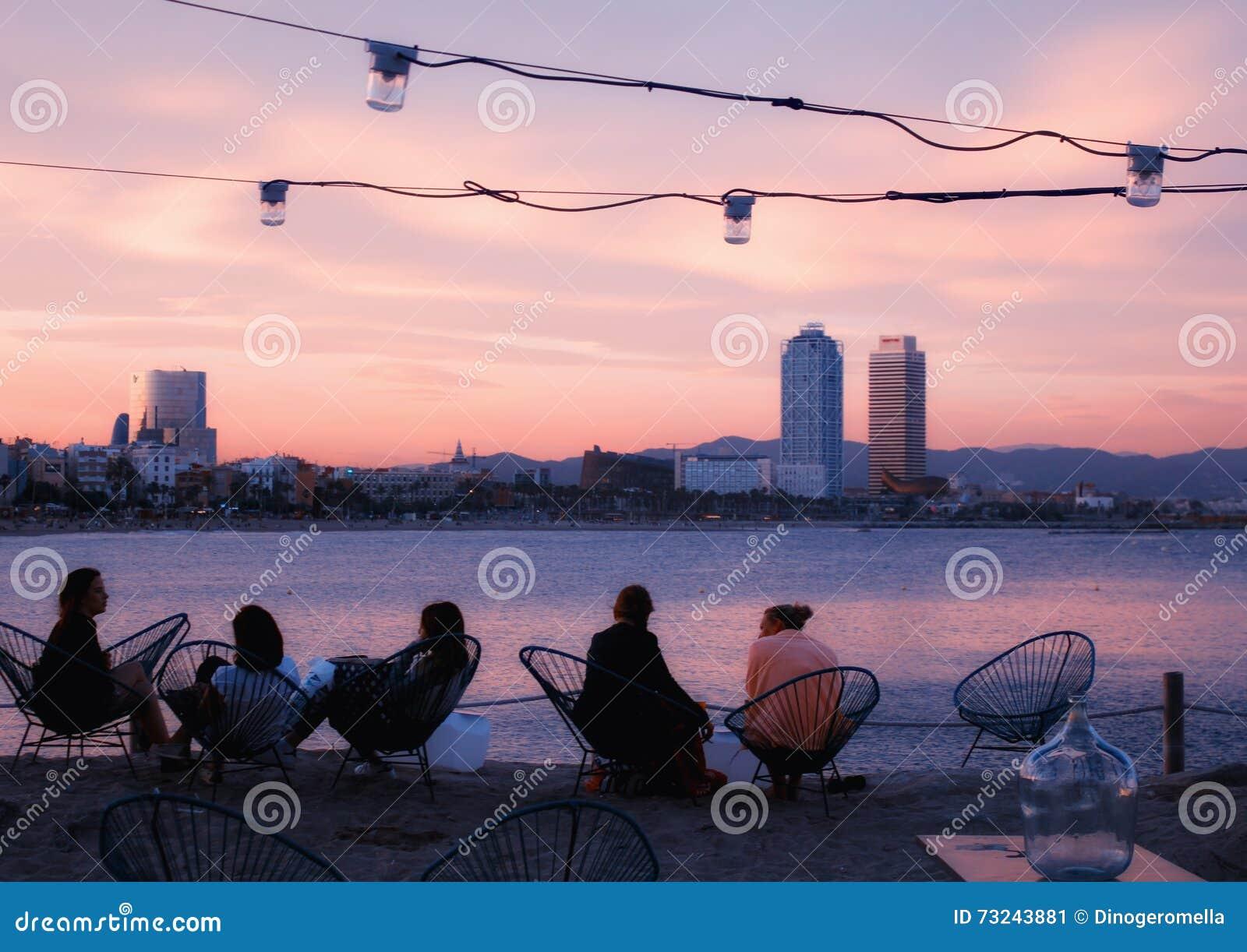 Barre de plage de Barcelone au coucher du soleil