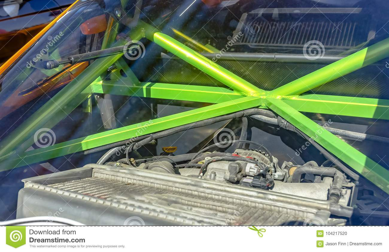 Barre di metallo verdi di una gabbia del rotolo nella parte posteriore di un automobile