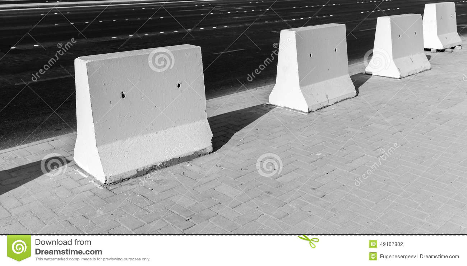 Barreira da estrada Suporte branco dos blocos de cimento na borda da estrada