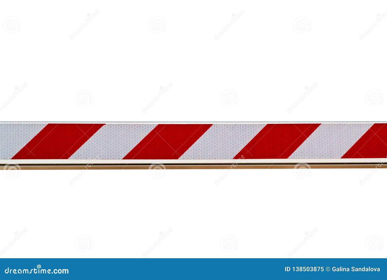 Barreira listrada vermelha e branca isolada no fundo branco