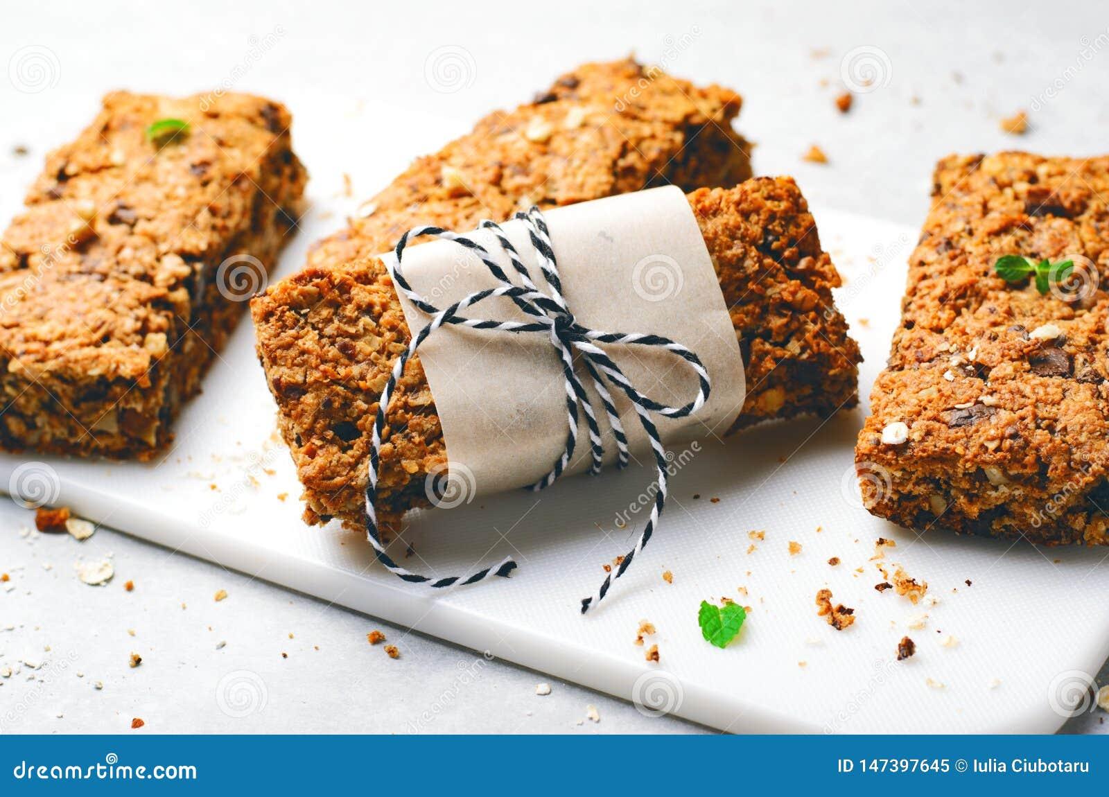 Barres de granola avec des ?crous et des puces de chocolat, casse-cro?te fait maison sain