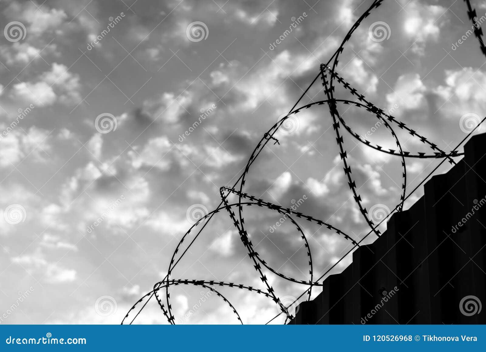 Barrière avec le fil de rasoir