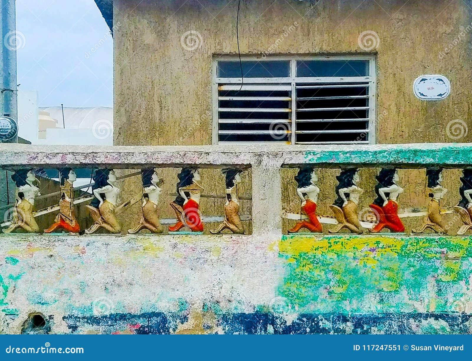 Barrière concrète colorée Around Mexican House de sirène au-dessus de mur multicolore