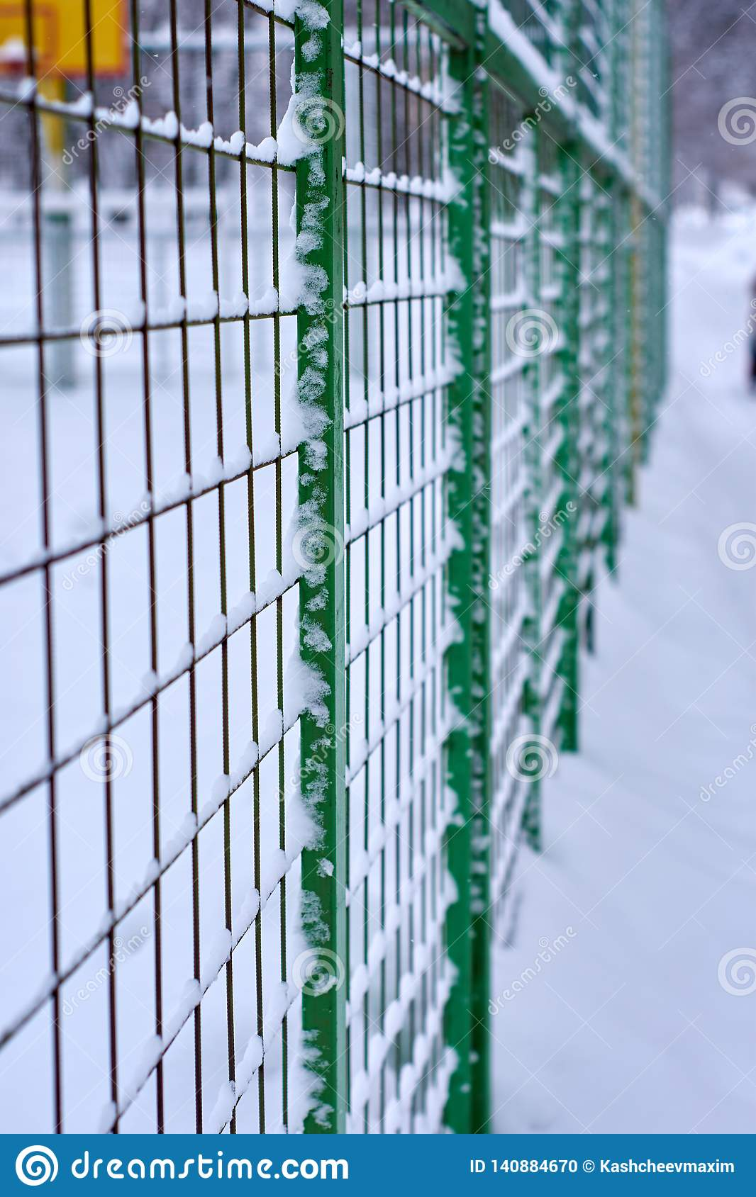 Barrière de grille dans la neige