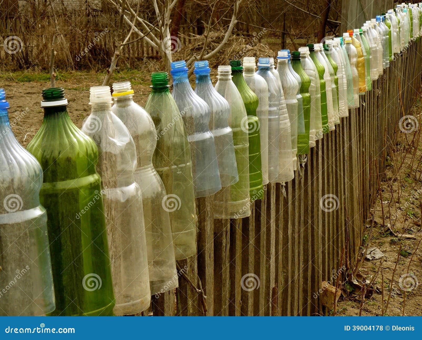 barri re de jardin avec les bouteilles en plastique photo stock image 39004178. Black Bedroom Furniture Sets. Home Design Ideas