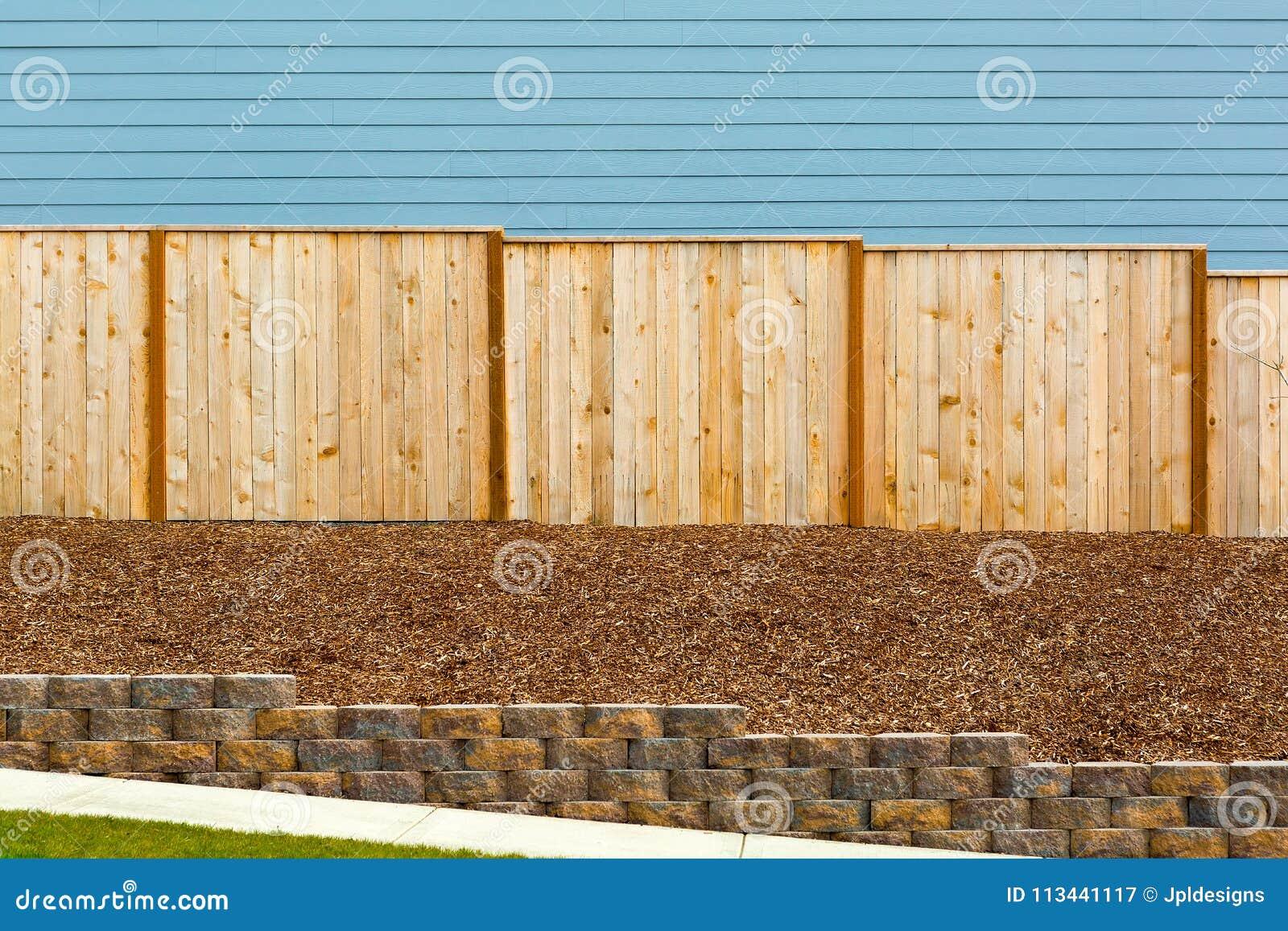 Barrière en bois de nouveau jardin par l extérieur de Chambre