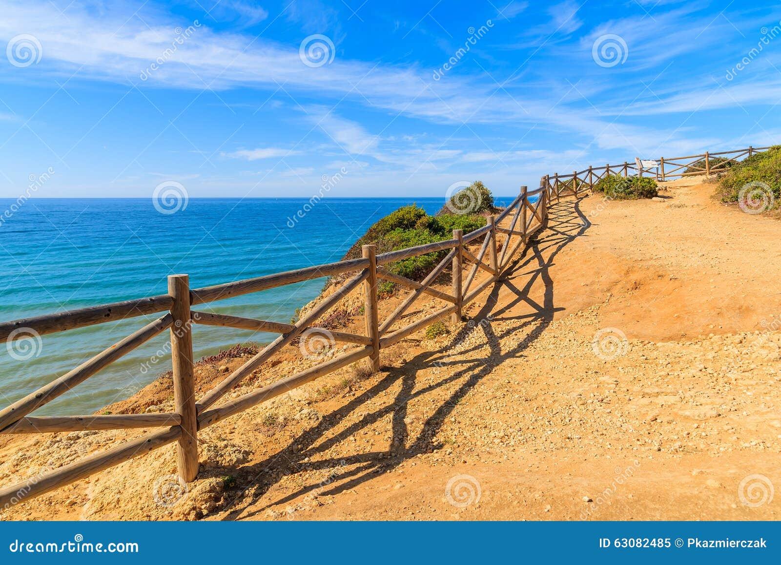 Download Barrière En Bois Sur Le Chemin De Falaise Image stock - Image du plage, vacances: 63082485